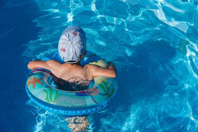 enfant bouée home piscine
