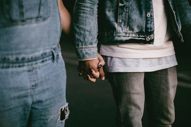 mains couple adopte un mec