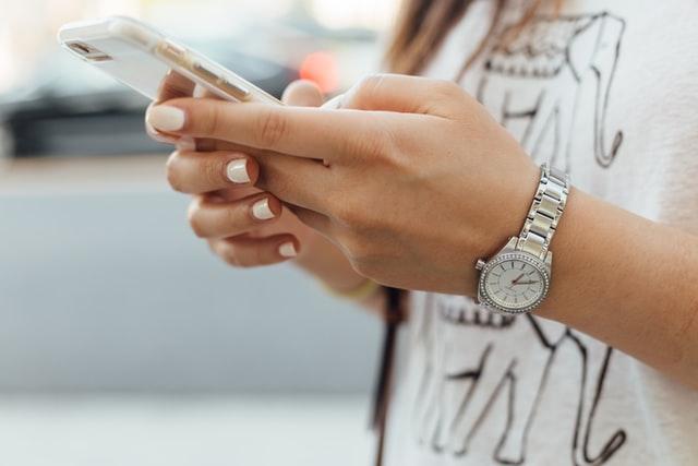 femme utilisant smartphone