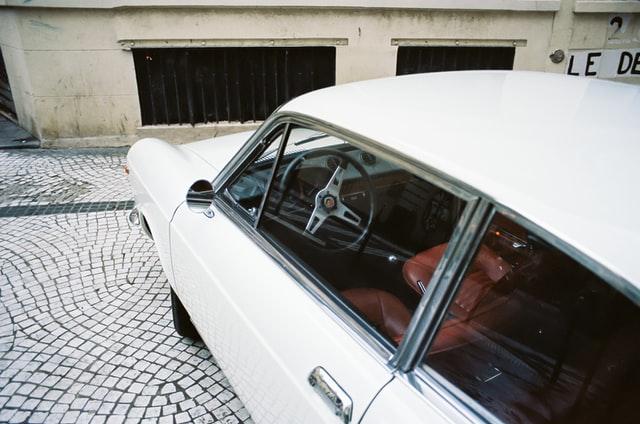 voiture blanche abarth